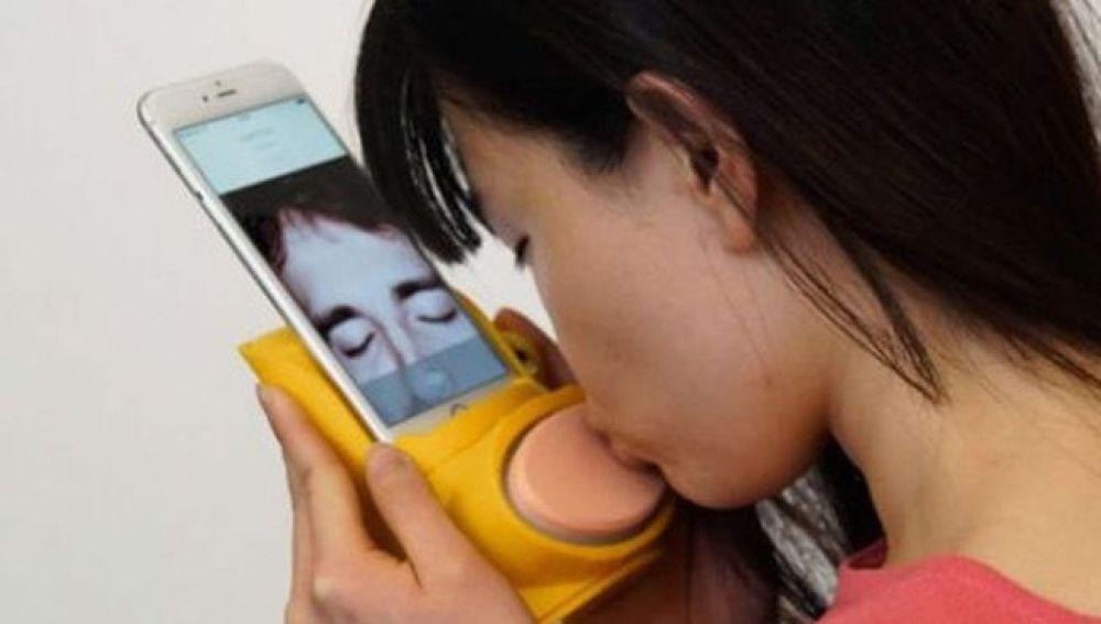 Crean un accesorio para móviles que permite besar a través de videollamadas 58