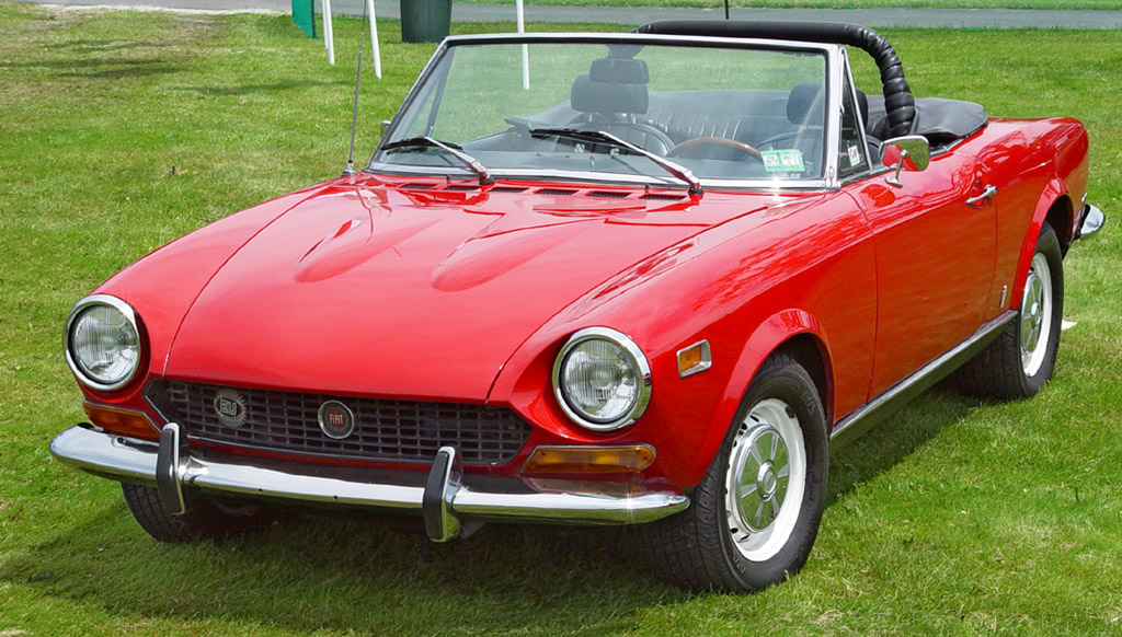 Haaaaaa, les italiennes... 1974-Fiat-124-Spider-Red-Front-Angle-st