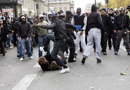 Une journaliste de TF1 victime d'une remarque raciste de la part d'un CRS - Page 2 Racailles6-74ffa2