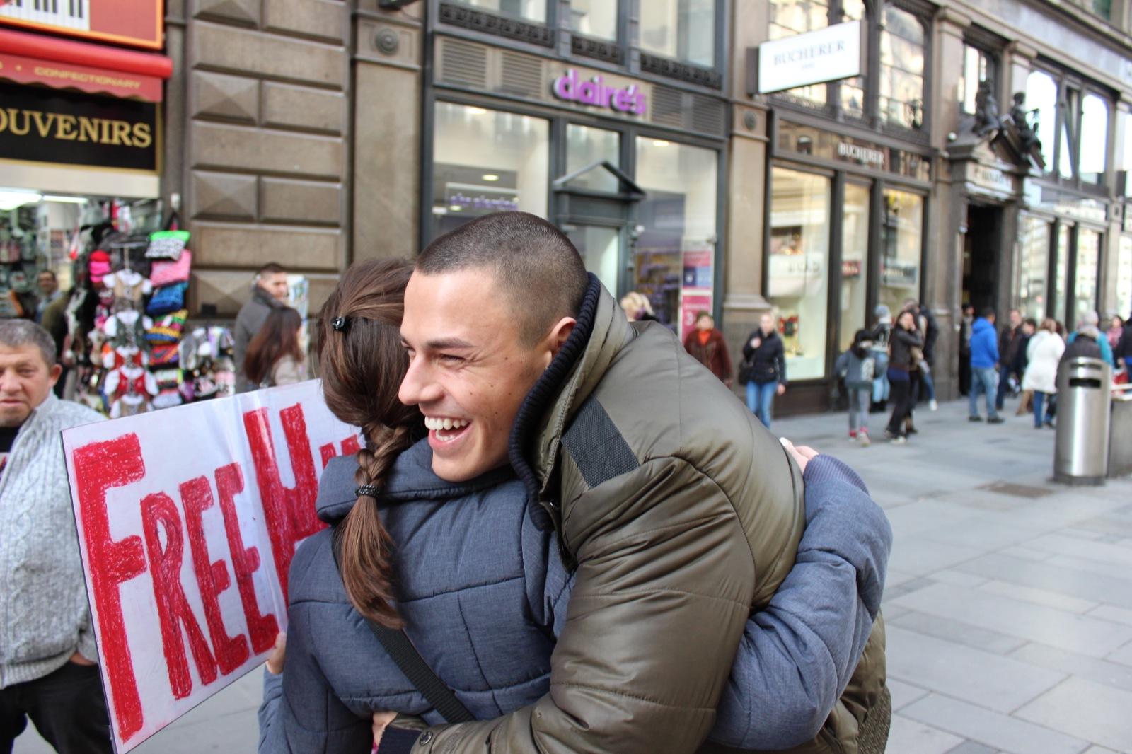 Fundsachen - Seite 2 Free-hugs-vienna-15-february-2014-281