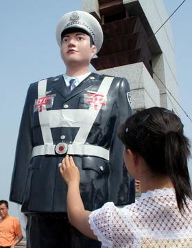 Robots policiers en Chine ........ F200707311654261354913852