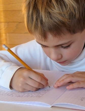 صور لتزين المواضيع و الردود ( همسة امل) Studying-child