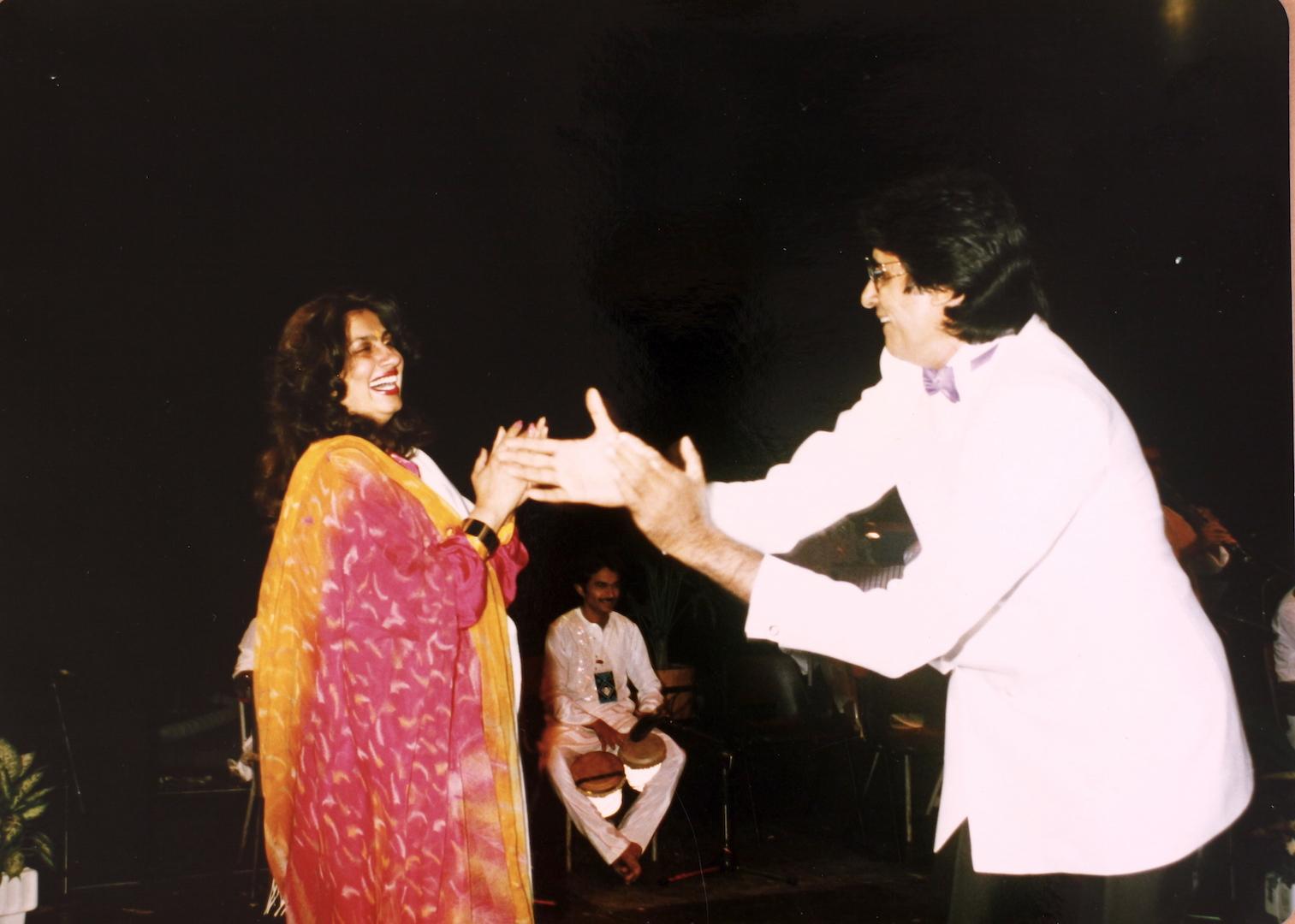 Амит-джи. Фото - Страница 10 Nitu-performing-along-Amitabh-Bachchan
