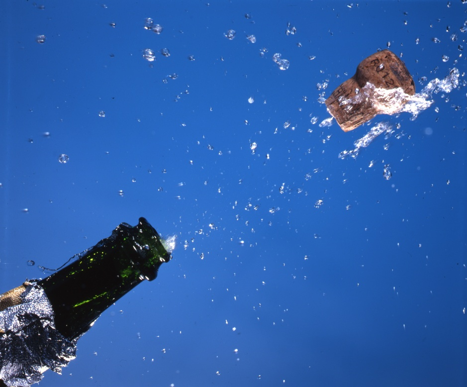 Record de messages - Page 2 Champagne-cork-popping-flying-water-liquid-drops-on-blue-AJHD