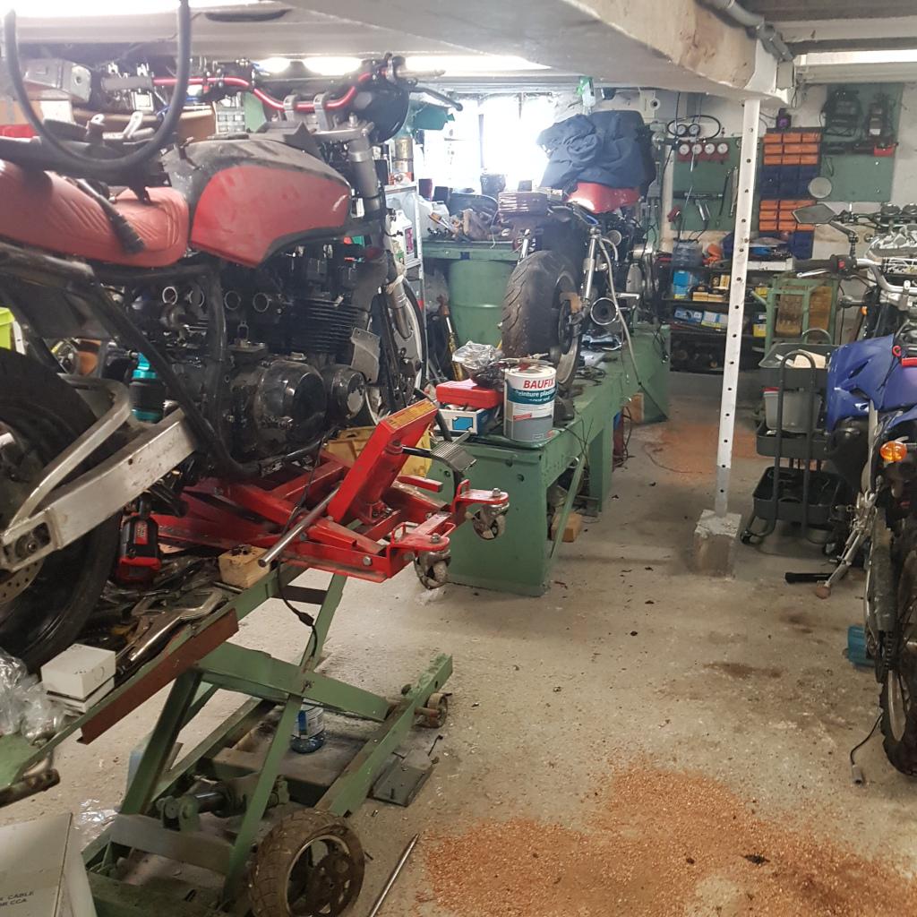 Photos de nos garages/ateliers - Page 26 Bike_benches2021