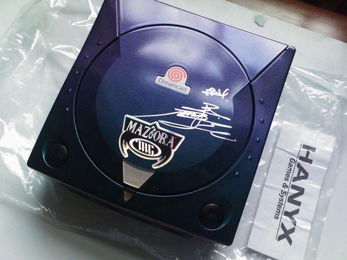 les modèles de console exclusives Maziora-sega-dreamcast-limited-edition-signed-new-1
