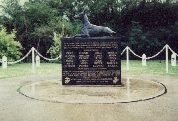 Devil's Dog : Les chiens de l'USMC dans le Pacifique  Crbst_monumentface_5b1_5d