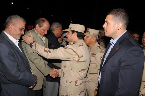 بالصور.. السيسي يتقدم جنازة شهداء الواجب ضحايا الطائرة العسكرية التي سقطت بشمال سيناء 2014-635263305922958600-295