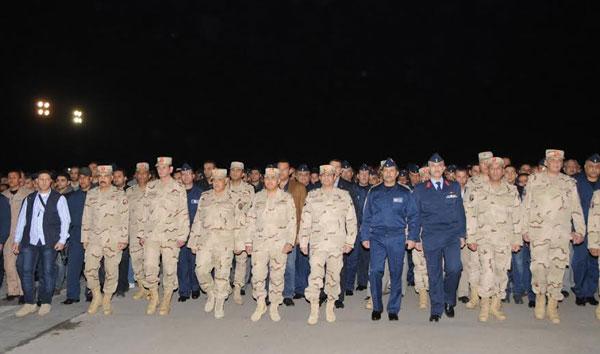 بالصور.. السيسي يتقدم جنازة شهداء الواجب ضحايا الطائرة العسكرية التي سقطت بشمال سيناء 2014-635263305925298570-529