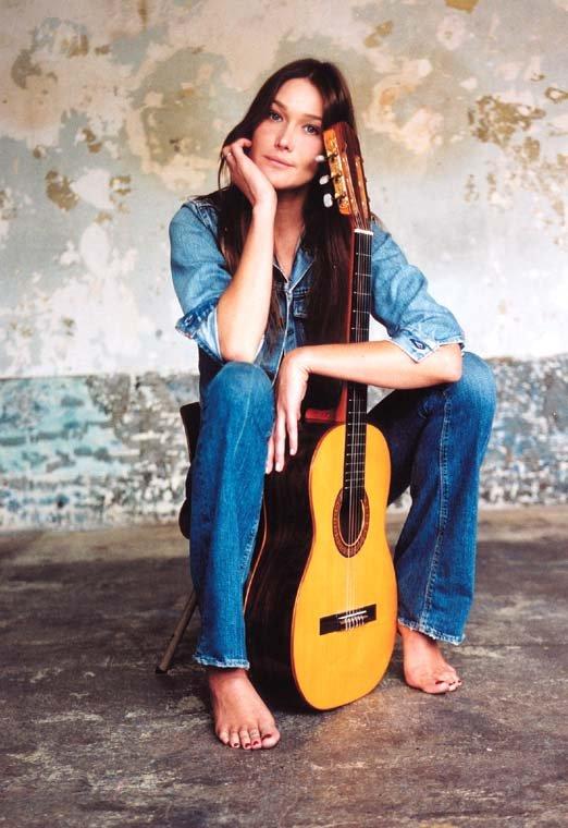 Les chanteuses qui font penser à Françoise Hardy Carla-bruni-guitare-12018333521