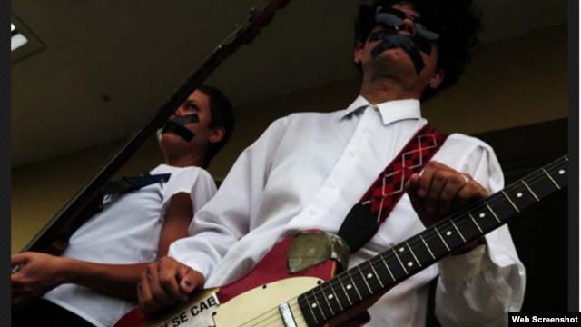 Il roquero Gorki Aguila-(Porno por Ricardo)contesta i Rolling Stones e la censura DC21EF32-EC25-4BD5-8199-8BE5552CADBA_w640_r1_s