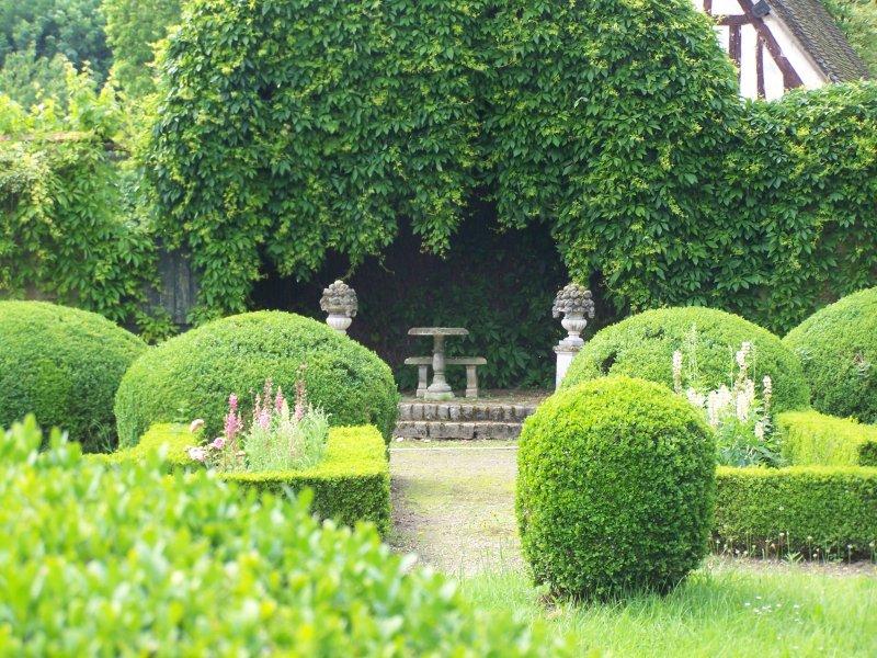 حدائق رائعة وخلابة تستحق المشاهدة. Jardin-francaise-g