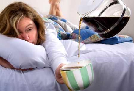 CAFETERÍA para todos Mujer-con-resaca-tomando-cafe