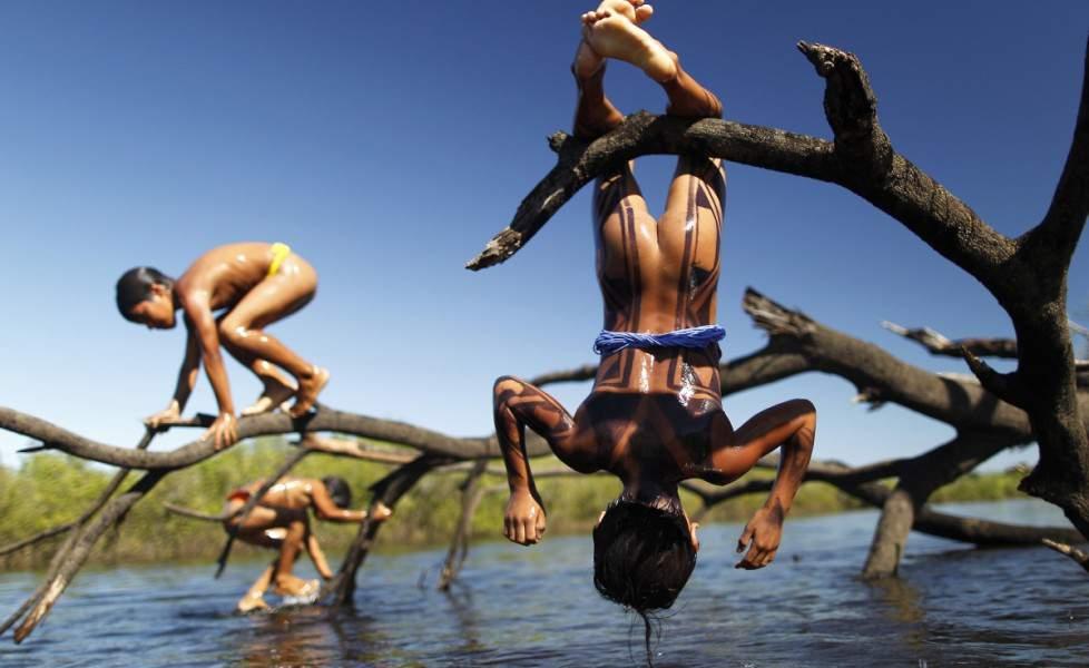 L'isola del tabacco Gioco-bambini-indigeni-giocano-al-fiume-xingo-nel-mato-grossoorig_main