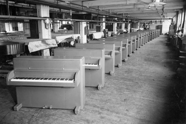Piano Set Miniart Steinway-victory-vertical-GI-upright-piano-318745-khaki-DET4