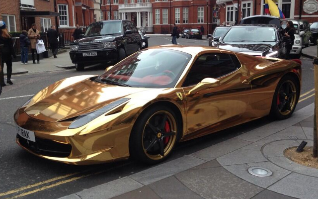 Mais bien sûr. Gold-Ferrari-Spider-London-01