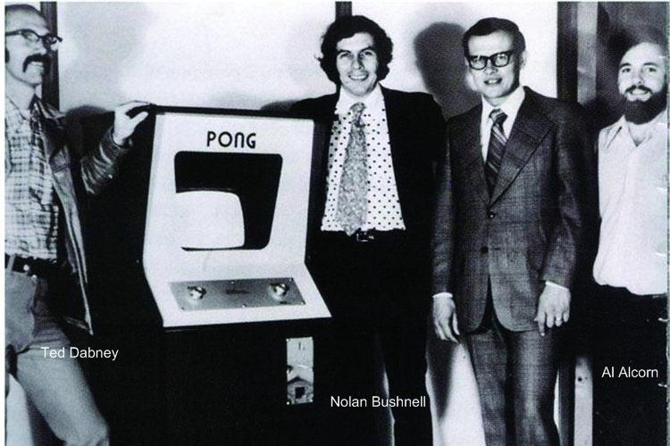 Les photos rétro cultes de célébrités de la micro/jeu vidéo Pong-cabinet