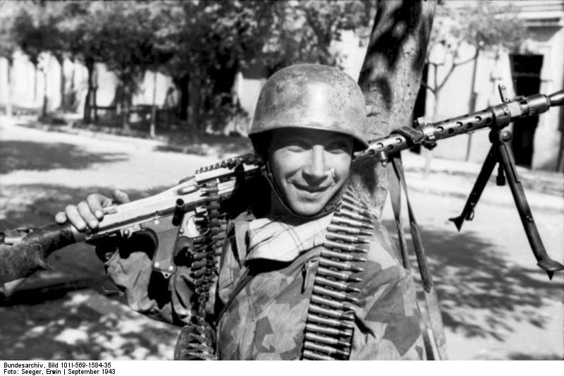 visages de soldats Bundesarchiv_bild_101i-569-1584-352c_italien2c_fallschirmjc3a4ger_mit_mg_34_in_ortschaft