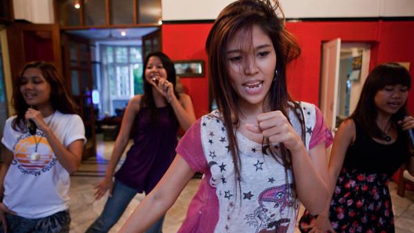 Girls band asiatiques Video-tc-120105-myanmar-articleLarge