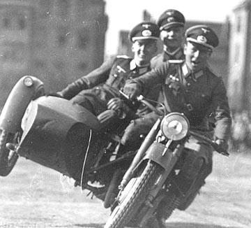 Vieilles photos (pour ceux qui aiment les anciennes photos de bikers ou autre......) Nazi_bikers