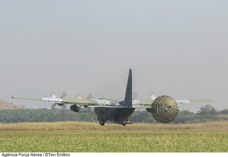[FSX] C-130 FAB2451 - Lançamento Paraquedista, CDS e Rasante. Rasante