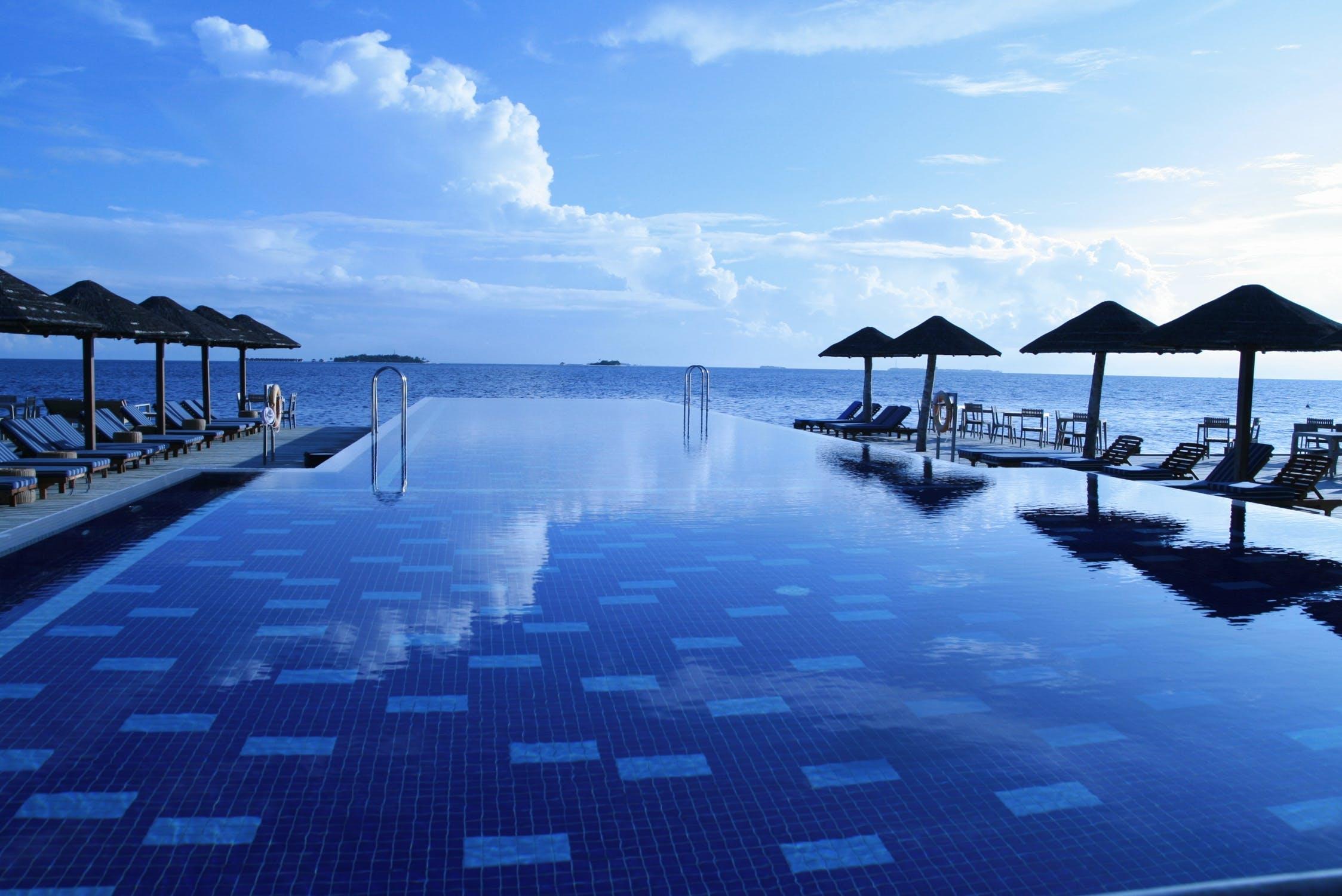 Bể bơi vô cực là gì? Những hồ bơi trải dài vô cùng cực trên thế giới Be-boi-vo-cuc-3