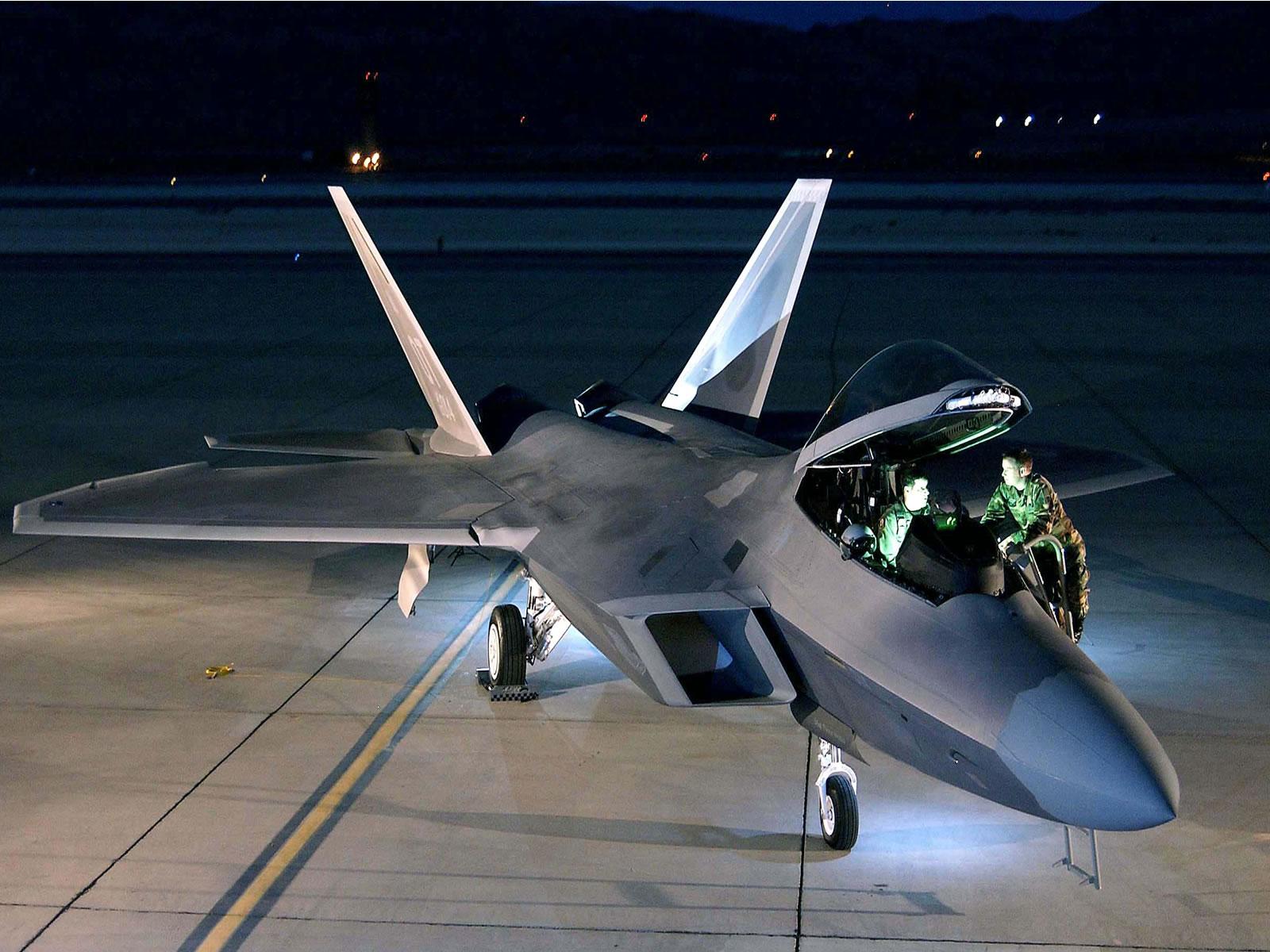 أحسن 10 طائرات بالعالم  F_22_raptor_1