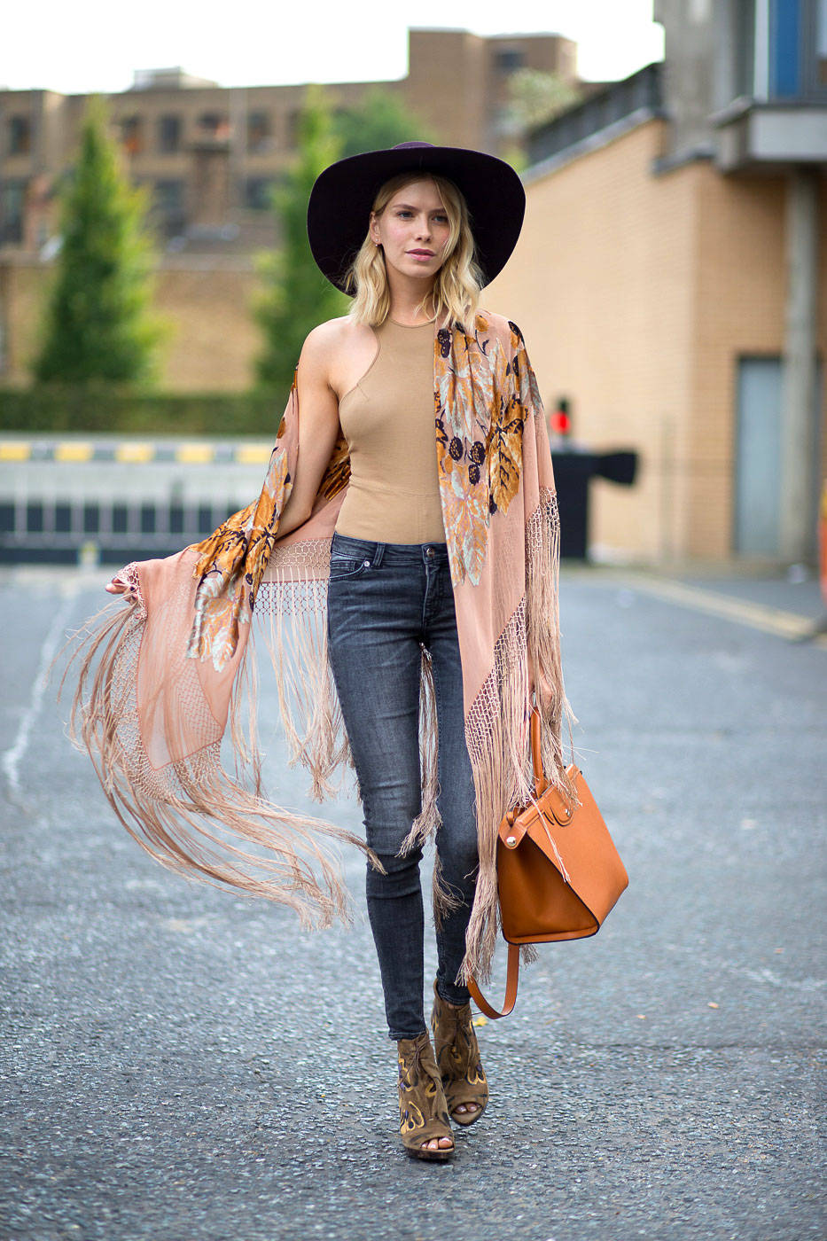 Moda ulice - Page 2 54bc1c77681e3_-_hbz-lfw-ss2015-street-style-day3-01-lg