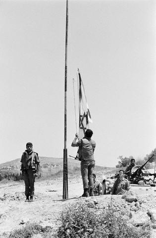 armée israélienne 30-avril-1978-soldats-israc3a9liens-ramc3a8nent-le-drapeau-israc3a9lien-pour-cc3a9der-leur-place-c3a0-la-finul