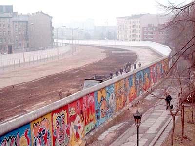 Música y chorradas, ¿separados o revueltos? Berlin-wall-marriage