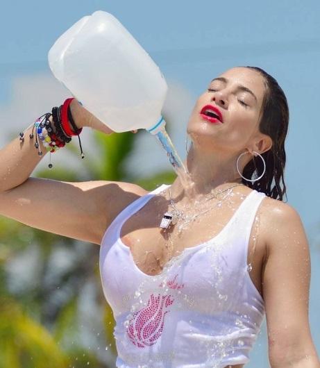 les éléments - Page 10 BG_Jennifer-Nicole-Lee-puts-on-a-wet-t-shirt-show-on-the-beach_001