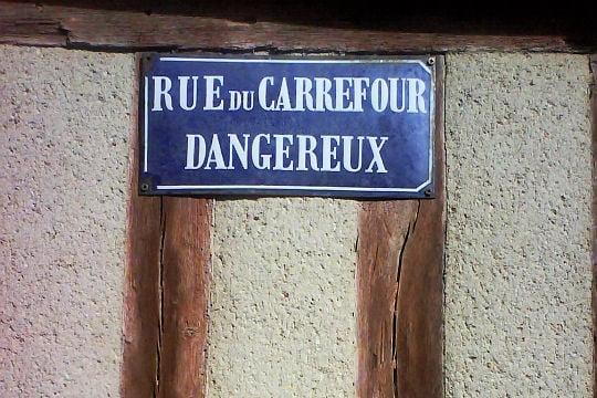 Images insolites - Page 2 1462356-rue-du-carrefour-dangereux