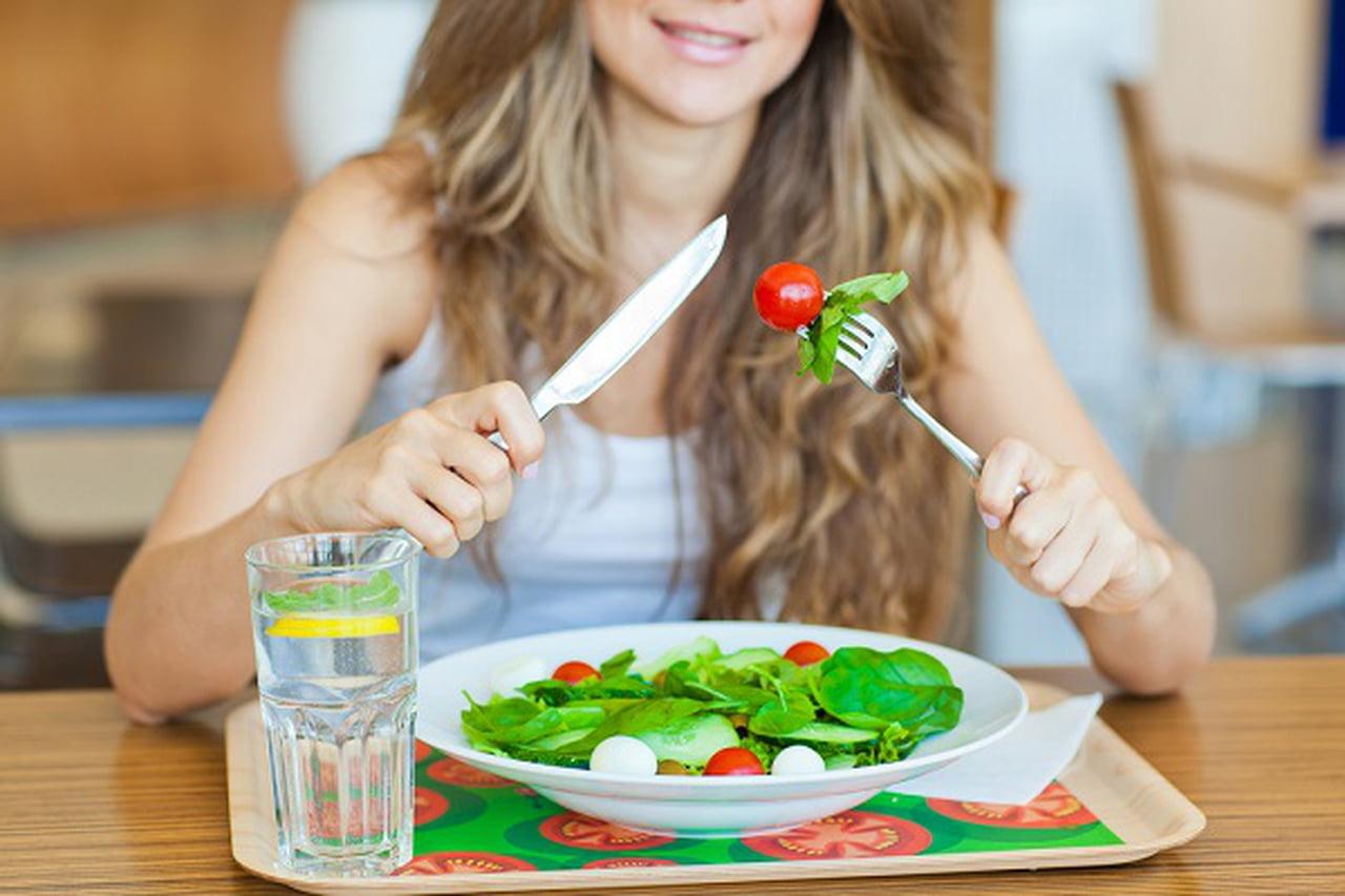 5 مشاكل صحية لشرب الماء أثناء تناول الطعام  841240