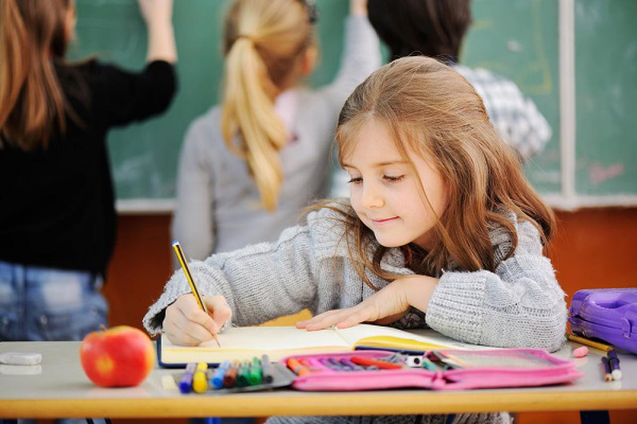 طرق لتحسين درجات الأطفال في المدرسة  818036