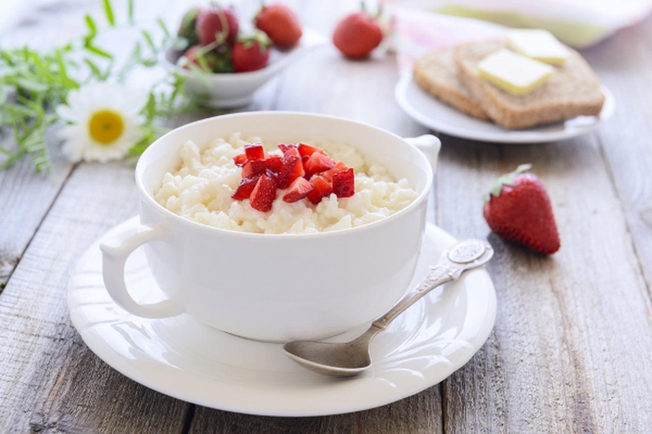 الأرز بالحليب مع الفراولة اللذيذة  831139