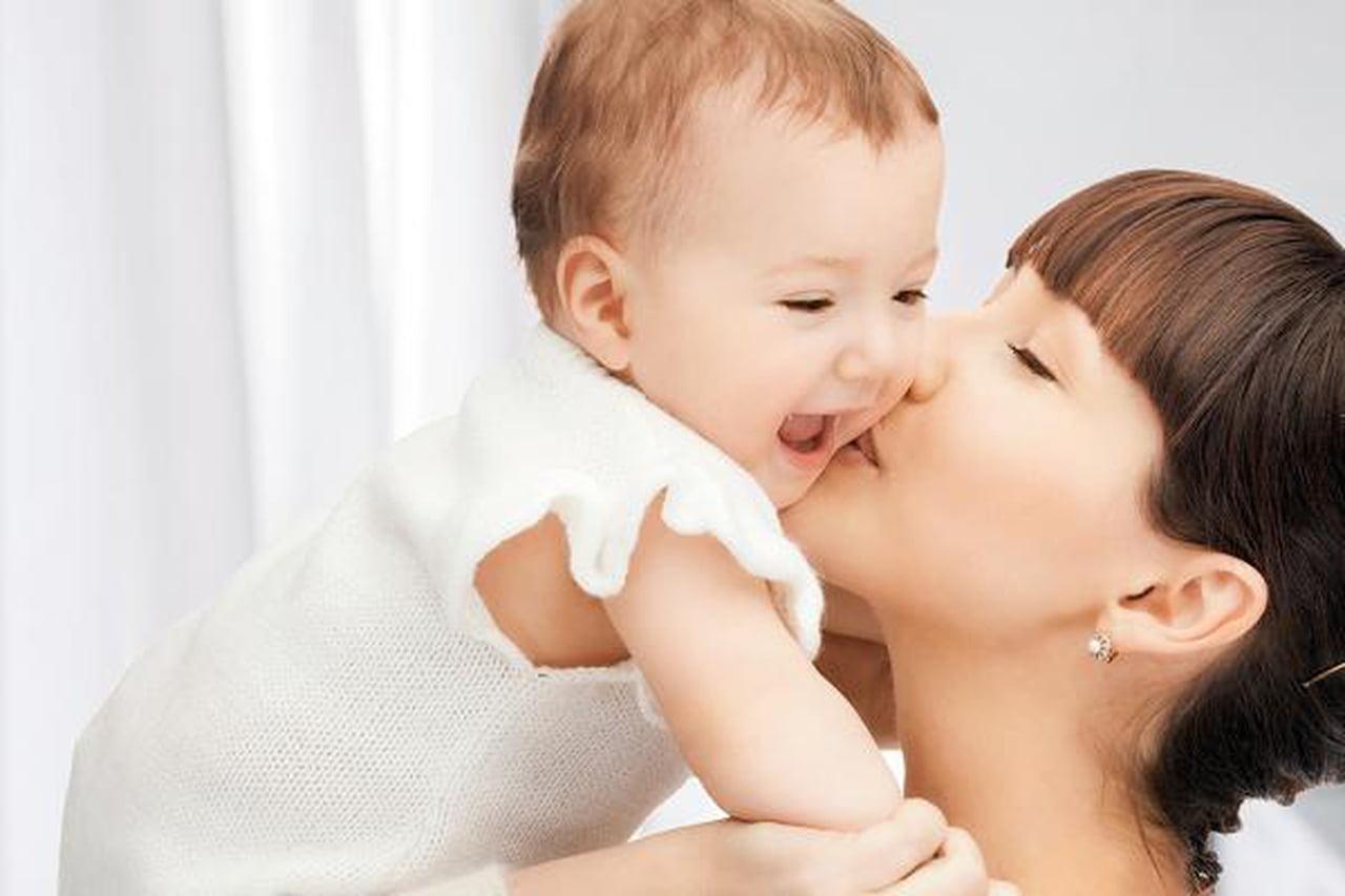 للأم العاملة لتقوية علاقتها بطفلها  795733