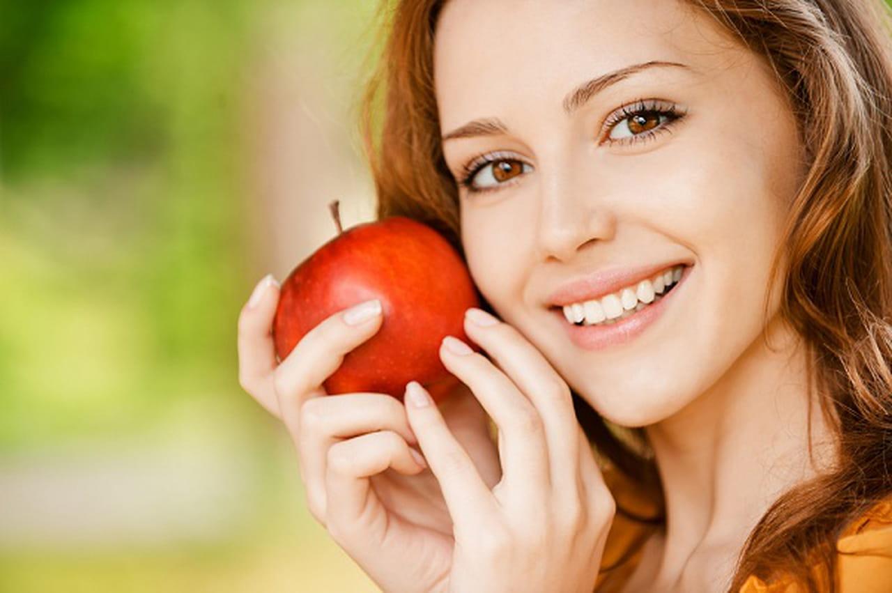 **اصنعي كل ما تحتاجه بشرتك من التفاح** 765186