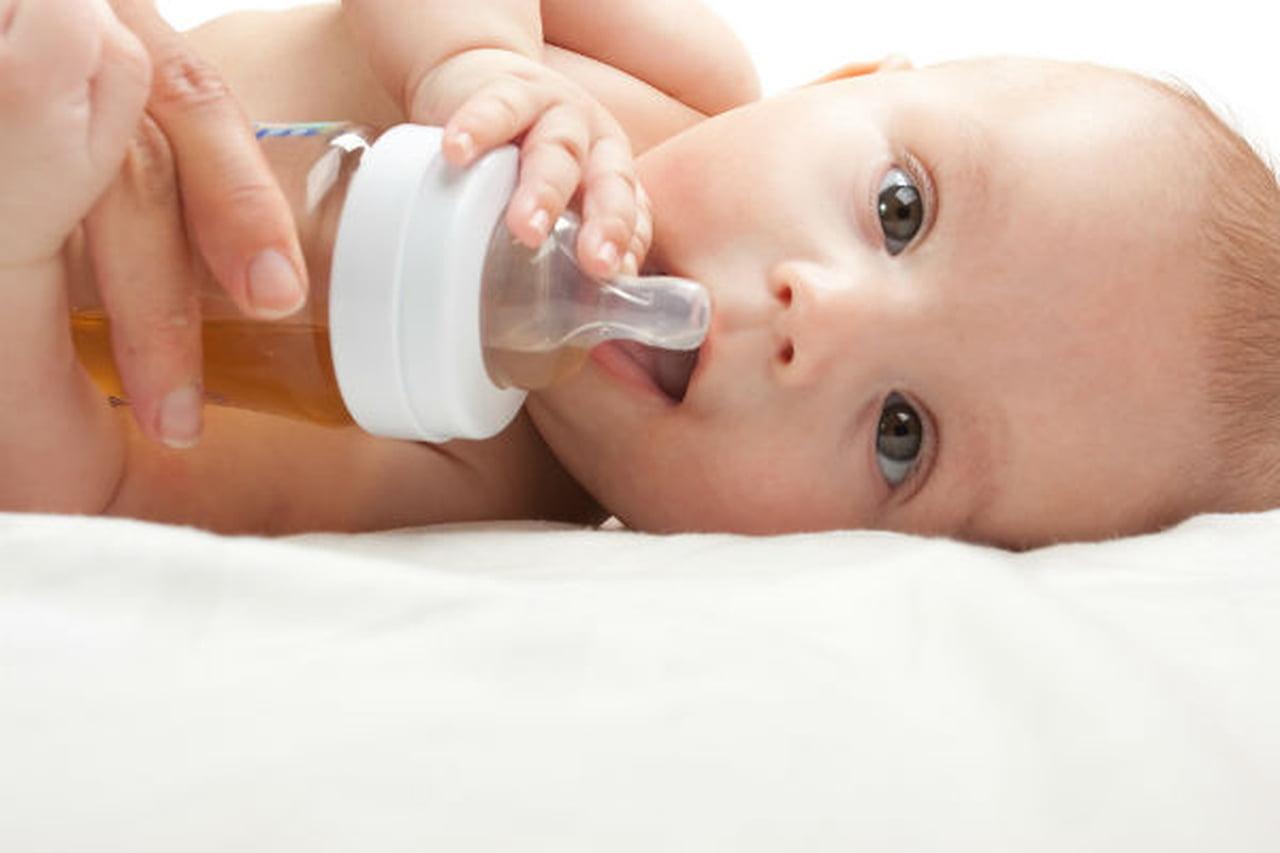 اعطاء الطفل الرضيع شراب الاعشاب؟  797846