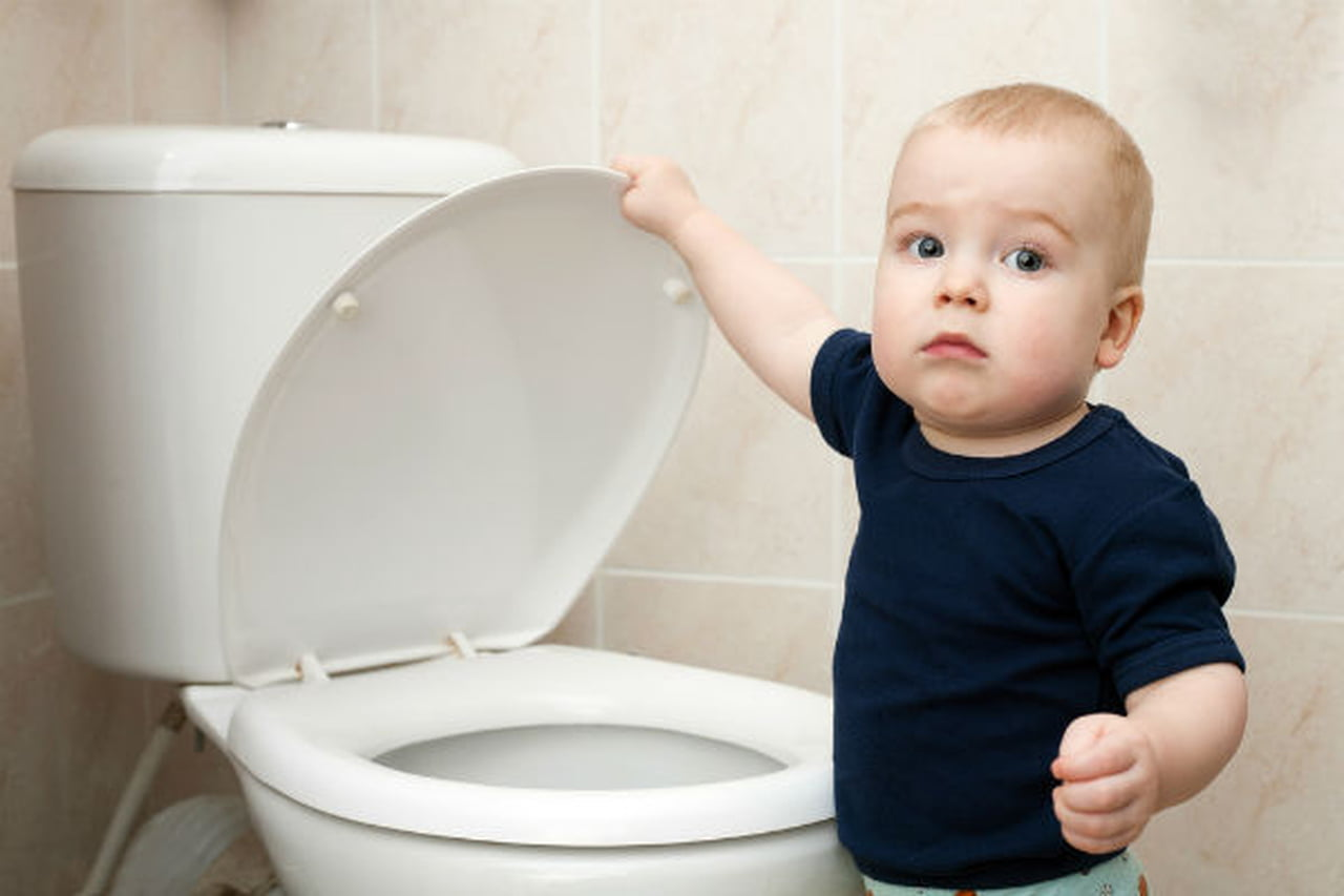 لتعليم طفلك استخدام الحمام  802886