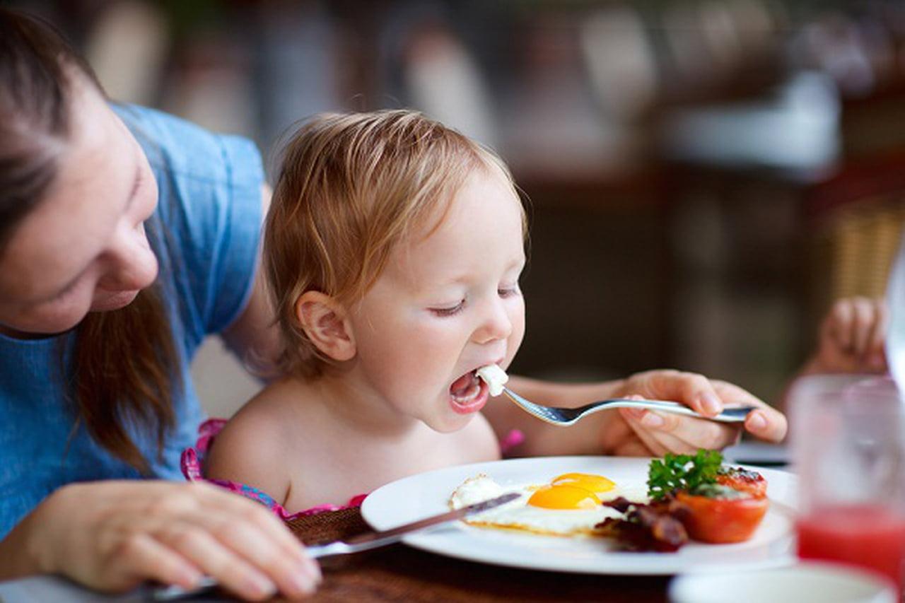 هل يتناول طفلك التغذية السليمة؟ 790070