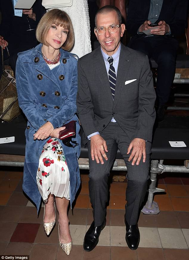 Anna Wintour 'visits the Clooneys' NY home' 4AC65D0600000578-5571191-image-m-52_1522710906613