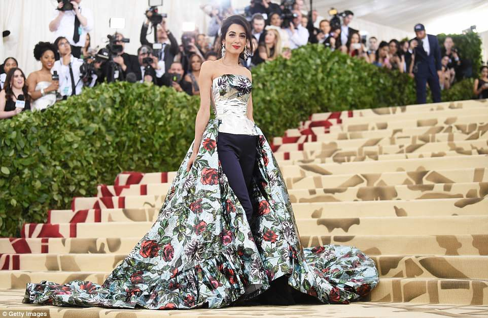 George and Amal at Met Gala 4BF3F27000000578-5701309-Loving_all_the_glamor_Amal_smiled_as_over_two_dozen_photographer-a-31_1525734387194