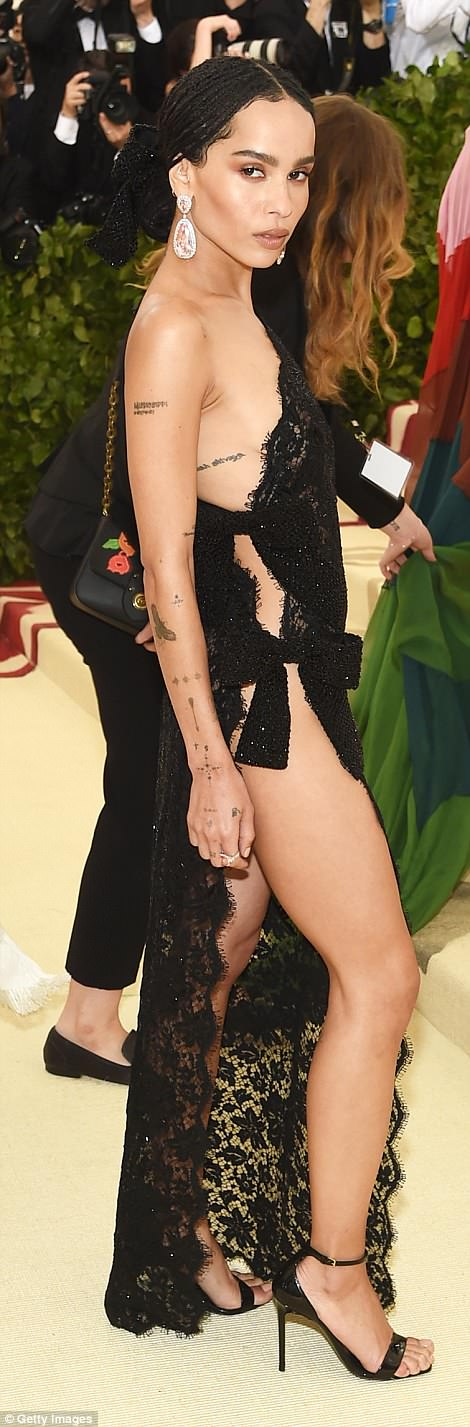 George and Amal at Met Gala 4BF4475800000578-5701183-Sultry_Zoe_Kravitz_looked_beautiful_in_her_Saint_Laurent_lace_lo-m-297_1525738473425
