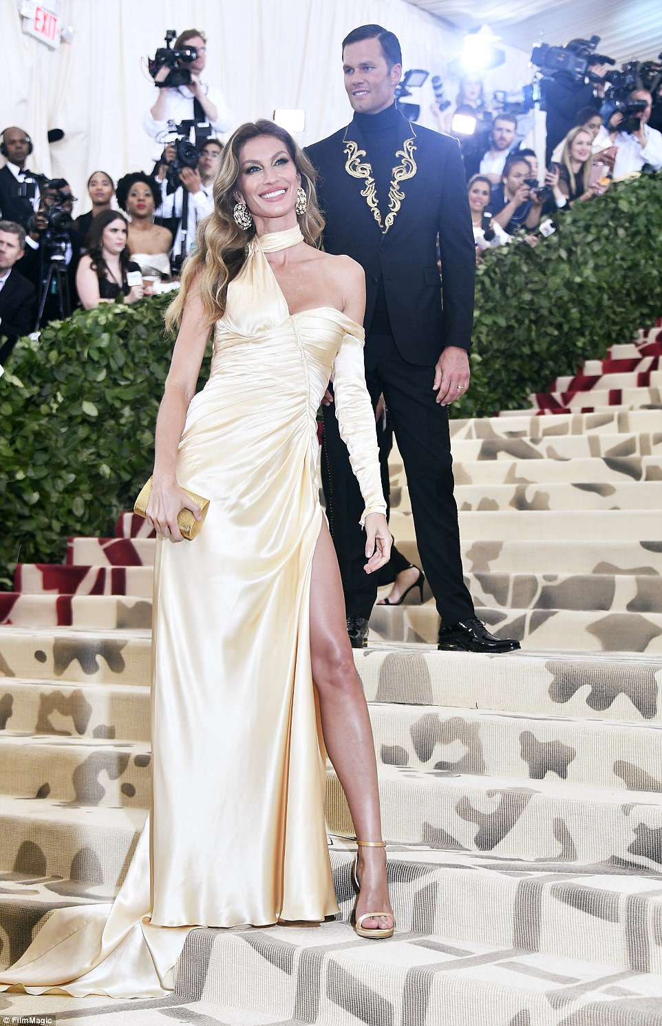 George and Amal at Met Gala 4BF4B37B00000578-5701183-Glowing_Gisele_Bundchen_chose_a_ruched_Versace_gown-a-313_1525739113434