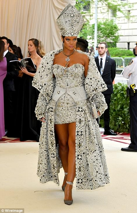 George and Amal Clooney Later at after party after the Met Gala2918 4BF4558300000578-5702785-Pop_star_Rihanna_created_the_biggest_stir_attending_in_a_short_s-a-68_1525779878543