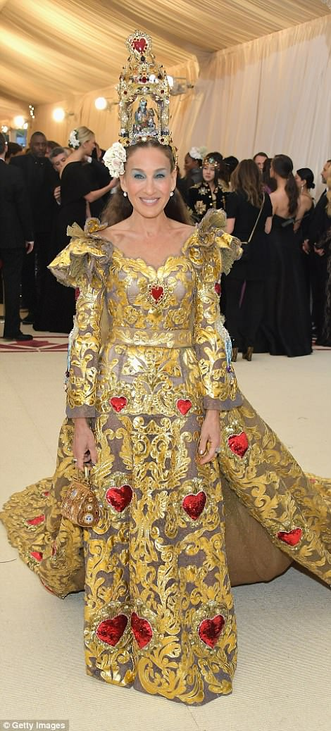 George and Amal Clooney Later at after party after the Met Gala2918 4BF497DA00000578-5702785-Goddess_Sarah_Jessica_Parker_wowed_in_her_gold_and_copper_look_w-a-77_1525779878805