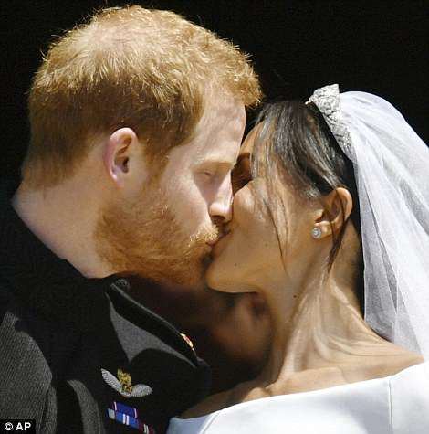 George and Amal at Royal Wedding evening reception Frogmore House 4C6DF84900000578-5747477-Meghan_and_Harry_s_kiss_sparked_huge_cheers_from_people_outside_-a-50_1526738881724