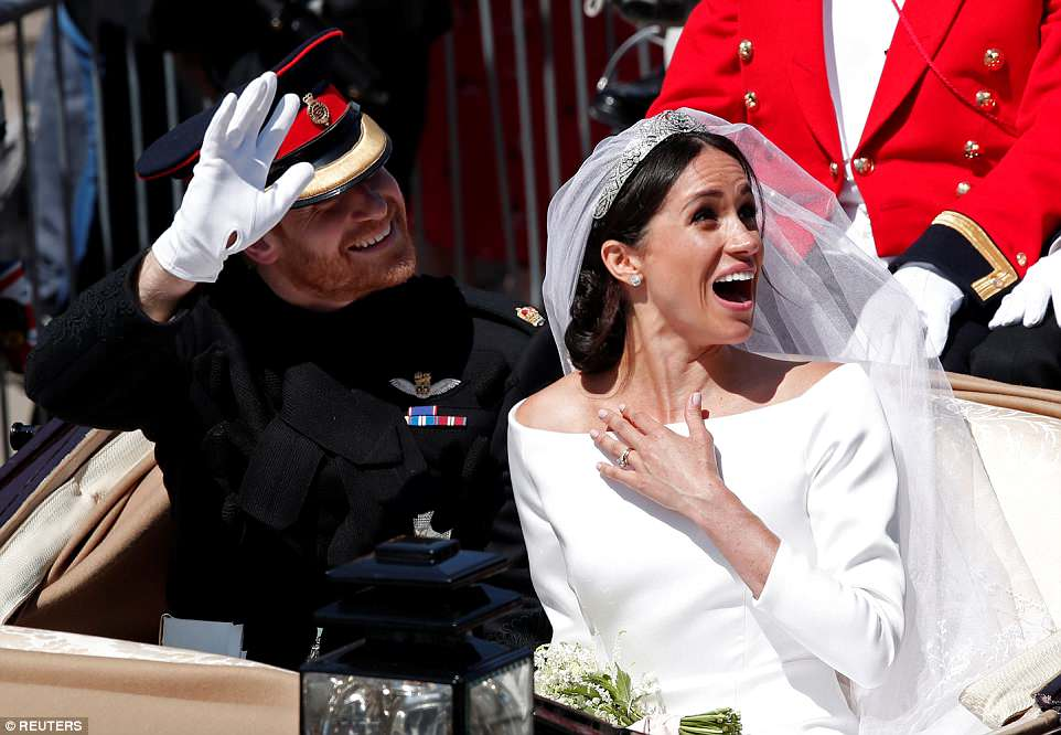 George and Amal at Royal Wedding evening reception Frogmore House 4C6E08E800000578-5749973-Laughter_One_of_the_well_wishers_in_the_crowds_makes_Meghan_laug-a-48_1526824822149