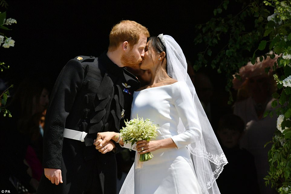George and Amal at Royal Wedding evening reception Frogmore House 4C6E25EA00000578-5751749-The_Duke_and_Duchess_of_Sussex_shared_their_first_kiss_as_a_marr-a-3_1526884811114