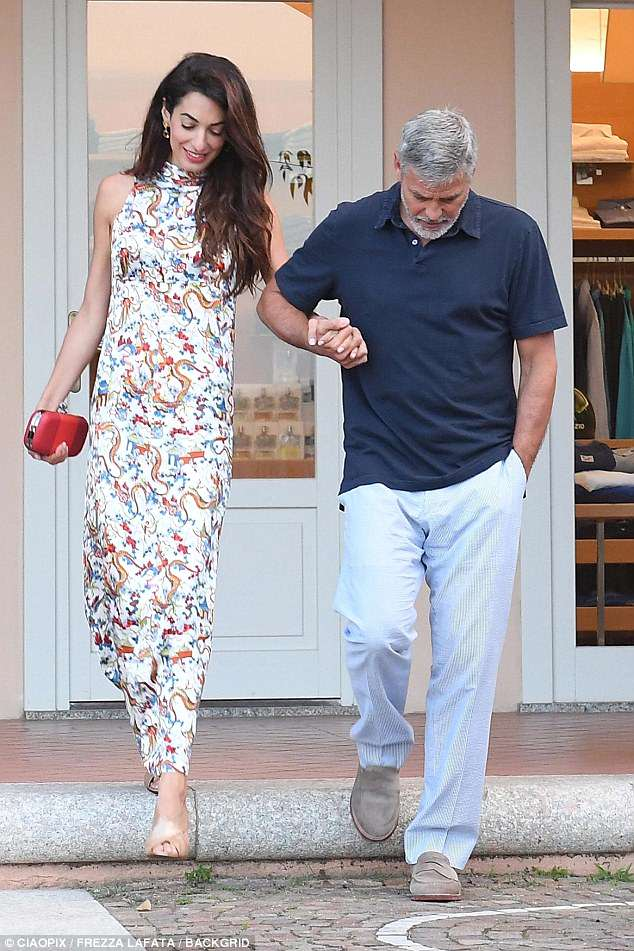 George and Amal out for dinner in Sardinia (2) 4CF628F700000578-5814585-image-a-12_1528326470901